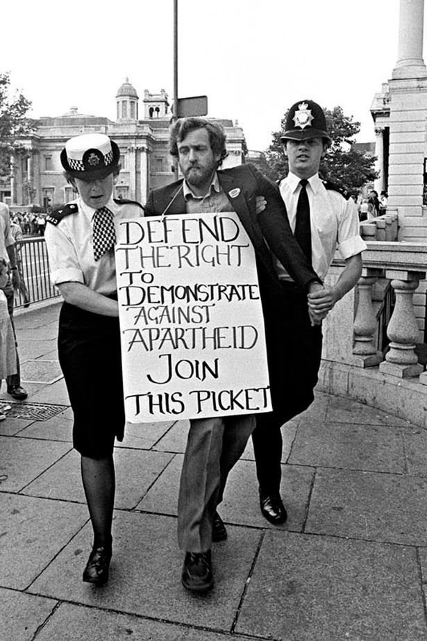 Jeremy Corbyn sendo preso em manifestação anti-apartheid.
